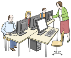 Menschen sitzen am PC im Schulungsraum, davor unterrichtet die Dozentin