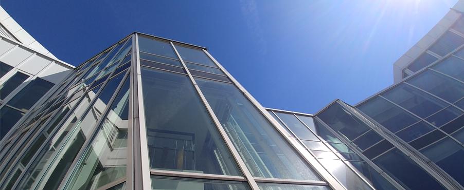 Ansicht der Stadtbibliothek bei strahlend blauem Himmel.