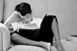 Lesender Junge auf Sofa